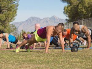 Séance de cross-training petit groupe en plein-air